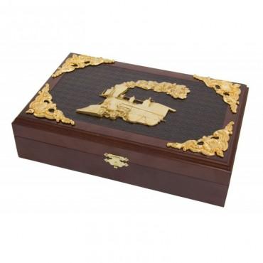 Деревянная коробка с железнодорожными монетами