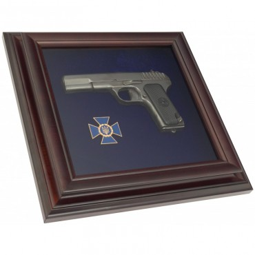 Пистолет ТТ и эмблема СБУ